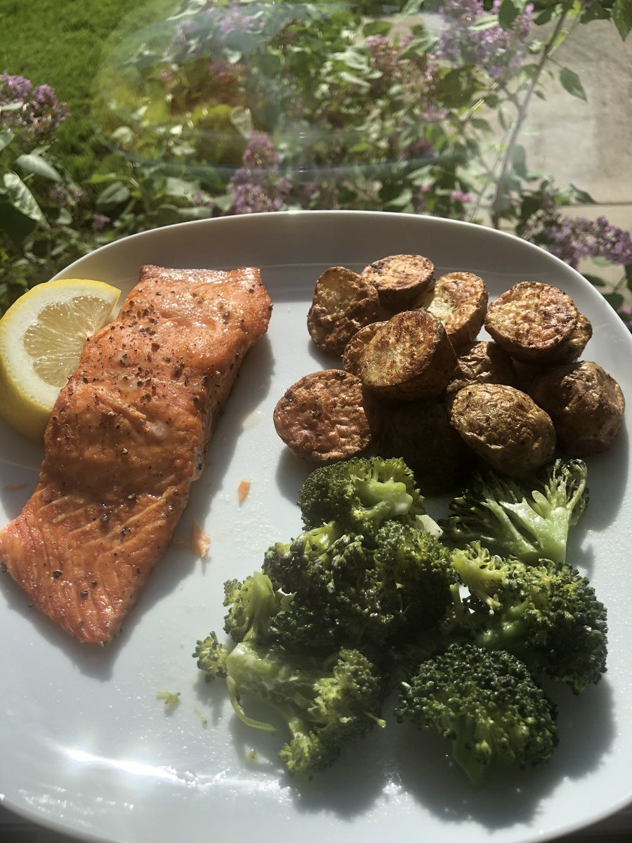 Salmon Potatoes and broccoli #HealthyFood #HealthyEating #HealthyLivingpic.twitter.com/hRBR1gldds