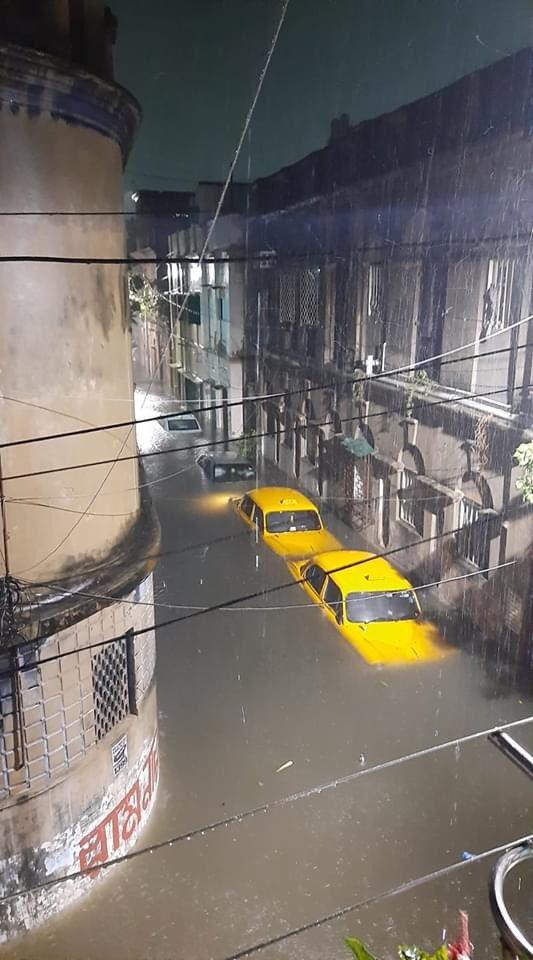 Sukea Street, north Calcutta, photograph by Satyaki Sanyal #AmphanSuperCyclone #CycloneAmphan #CycloneAmphanUpdates https://t.co/2I6IS1LJJP