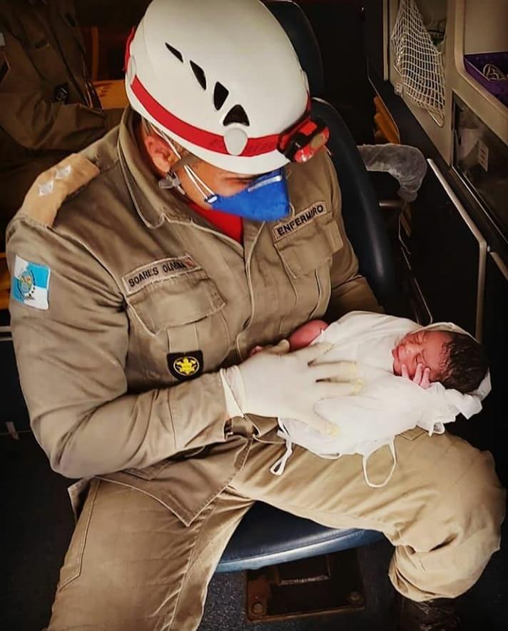 Início de uma vida... Privilégio para os nossos heróis em poder participar deste momento de renovação. Saúde para o bebê!  #27GBM #VerdadeirosHeróis #MissãoCumprida   Fonte: @juniorsoarescabofriorj