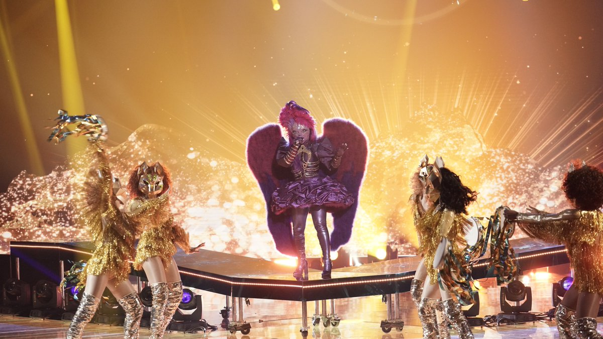 Let's see who our winner is!  Who's #NightAngelMask?! #TheMaskedSinger<br>http://pic.twitter.com/aY7xMdBKEp