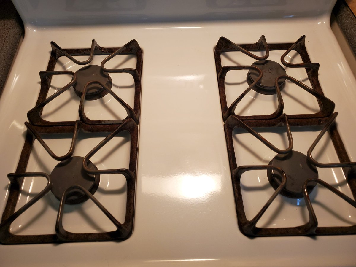 Look at my CLEAN STOVE! Isn't it beautiful?  #food #kitchen #cleaningpic.twitter.com/06m033f4pr