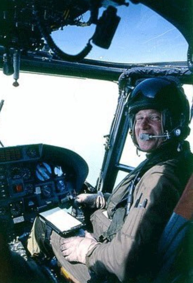 THREAD   #OTD 1982 @815NAS and the @RoyalNavy suffered a tragic loss when #HMSArdent came under attack from an Argentinian Skyhawk.   Lt Cdr John Sephton (Flt Cdr) was awarded a Posthumous DSC for manning a GPMG and engaging the incoming aircraft from the Flight Deck.  1/3 https://t.co/8AWNJTBm2B