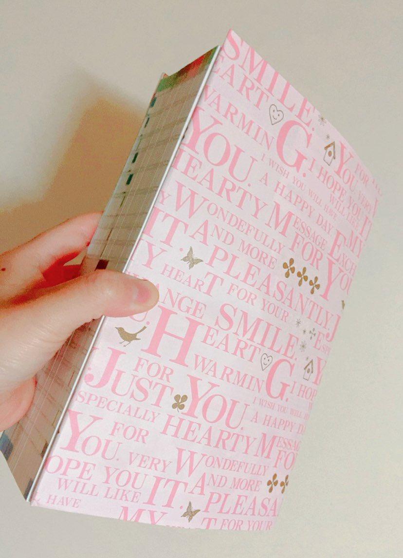 おうちにあった包装紙で、どうぶつの森の攻略本にカバー付けた٩(ˊᗜˋ*)وほんっとにササッと5分くらいで作ったわりには読みやすくなった気がする!そして、だいぶ分厚い…!!