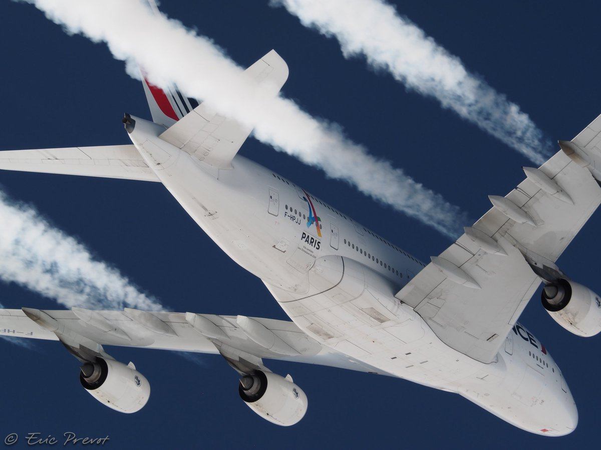 [✈  #A380-Tribute to a Giant] Close-up formation with one our «A380 Super» on a chance «rendez-vous» in the northern latitudes, flying to the west coast. Tribute to all #AirFrance aviators who made it possible for this giant to fly!  21.5.2020, a page is being turned.. https://t.co/382cVbgvfd