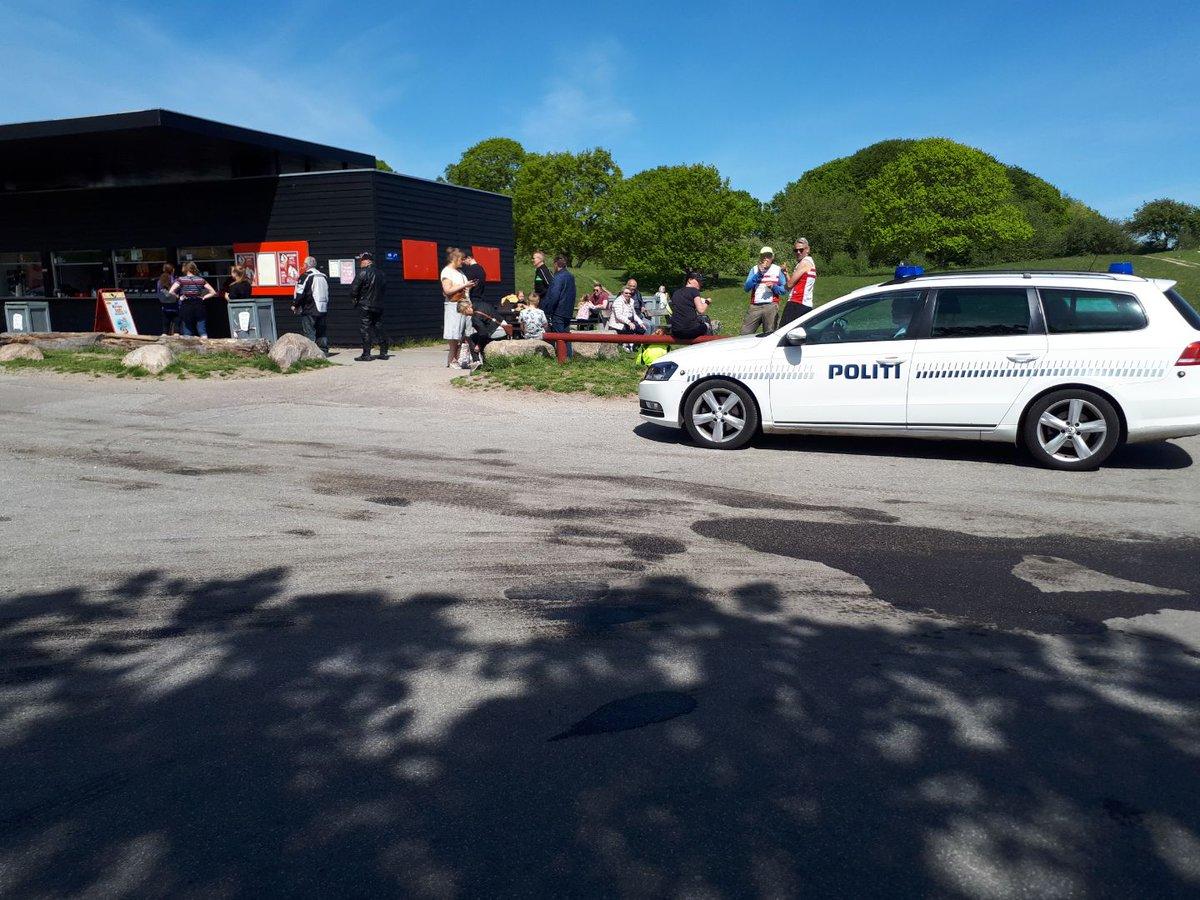 Patrulje til stede ved Moesgård Strand. Kunder med afstand i kø til kiosken. Pas på hinanden og nyd det gode vejr #politidk https://t.co/YRmwEsRJkZ