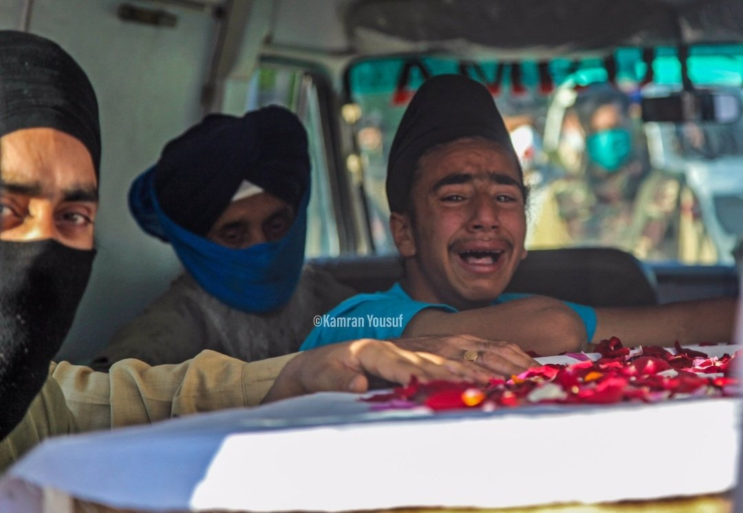 Family members of the slain @JmuKmrPolice cop, Anoop Singh, wailing during his funeral in shadipora area of Pulwama. He lost his life today in a Terror Attack. Rest in peace 🙏 Anoop Singh PC:- Kamran Yusuf