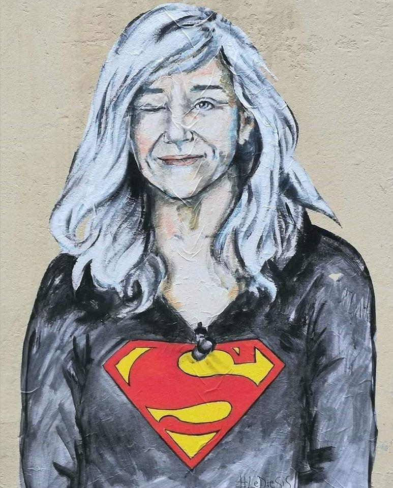 """Il bellissimo murale dedicato a Giovanna Botteri, a Firenze.  Una """"Superwoman"""" che non si è lasciata intimidire dagli attacchi sul suo aspetto fisico ed estetico, continuando a fare il suo lavoro con professionalità. https://t.co/XN2FXHjHGQ"""