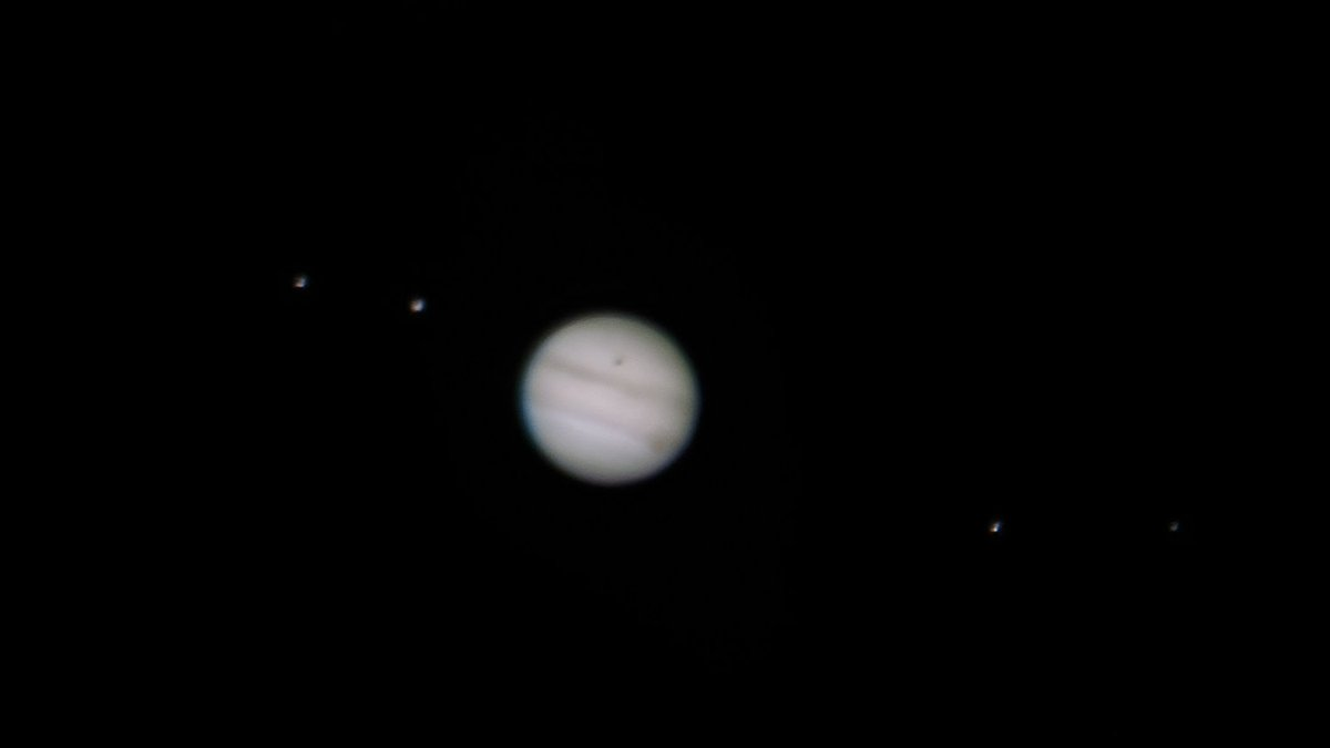 """Thursday mornings pic of #Jupiter with moons Europa, Ganymede, Io and Callisto. Captured with a #HuaweiP30Pro 7mm eyepiece and Celestron 8"""" #Smartphone #Astrophotographypic.twitter.com/rl8HvS1Aju"""
