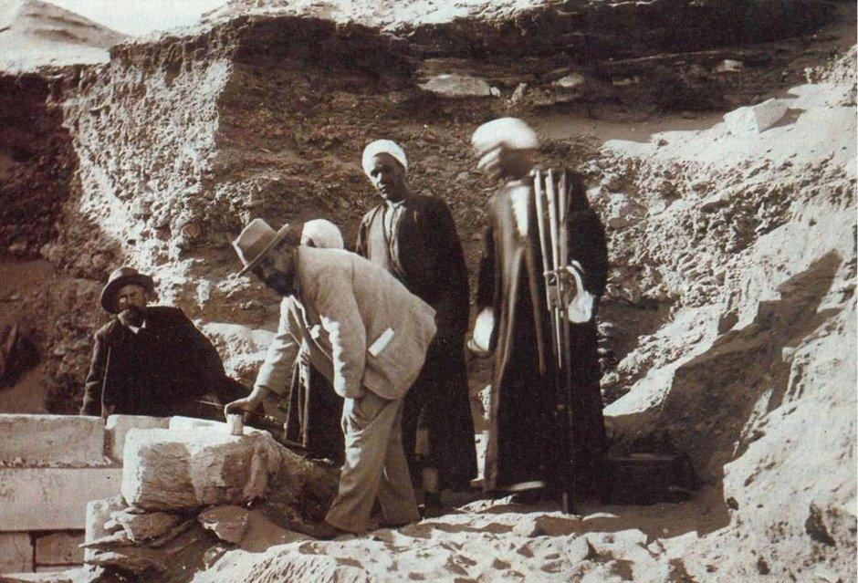 Belgian Egyptologist Jean Capart (in front) and Gaston Maspero at the funerary chapel of Neferirtenef in Saqqara in 1905. Maspero had discovered it already in 1857. 2/3  📸@ArtHistoryBRU https://t.co/0fNhJHawSe
