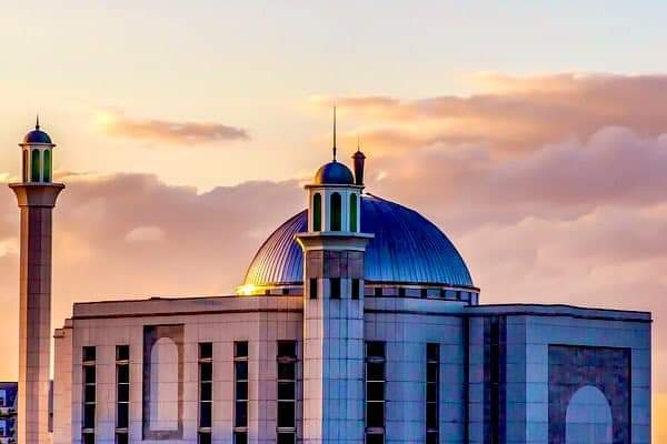 Alhamdulillah! Alhamdulillah! First Adhan in Baitul Futuh Mosque on loudspeaker in London. #islam #Ahmadiyya   The Call to Prayer was given on a loudspeaker today from the Baitul Futuh Mosque in the United Kingdom. pic.twitter.com/VeSvce0LJD