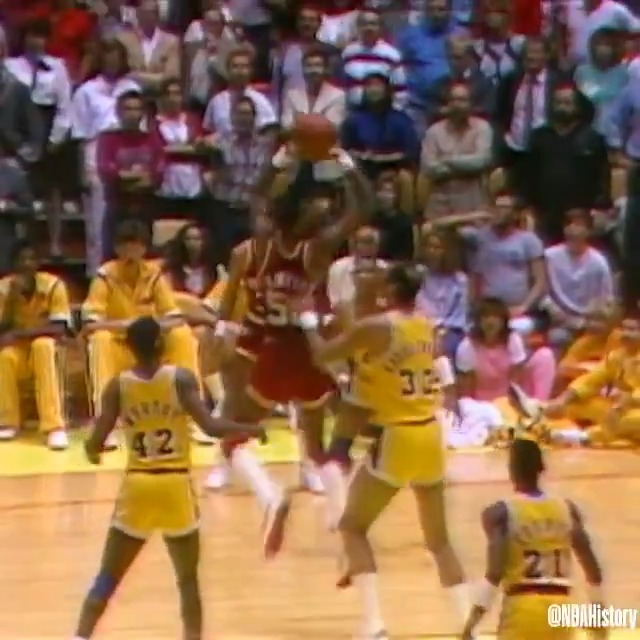 On this day in 1986, Ralph Sampson catches and hits the turnaround jumper to beat the buzzer and lift the @HoustonRockets over the Lakers in Game 5 of the Western Conference Finals! #NBAVault https://t.co/OnrB4tq4rs