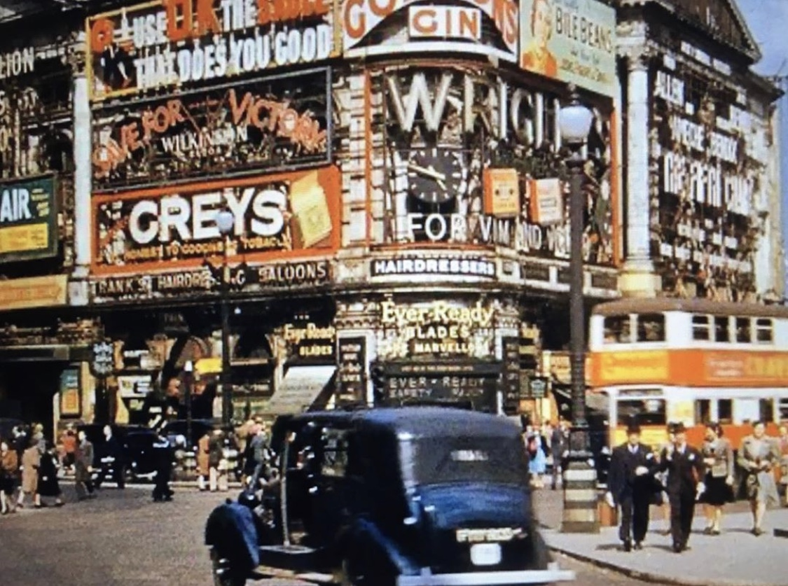 Love looking at historical photos of London?  ✋Us too!! This photo was shared by the wonderful @chrisrwer from Instagram and shows Piccadilly Circus back in 1945. Just look at those advertising displays - 𝔠𝔬𝔬𝔩 𝔢𝔥?  #PiccadillyCircus https://t.co/dKPqKdTK8M