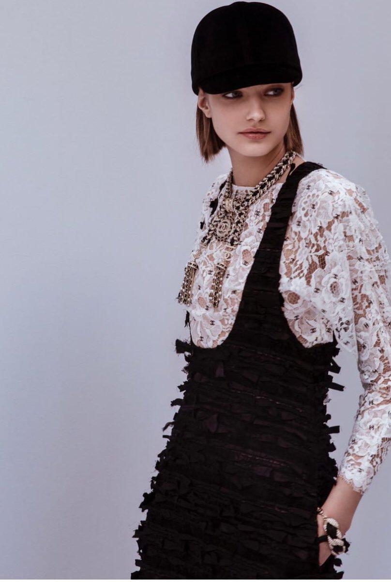 Zoom sur le 20e passage du défilé  de la collection #CHANEL prêt-à-porter automne-hiver 2020/21, imaginée par #VirginieViard #ChanelFallWinter #FallCollection  👉 https://t.co/HpUumpd1gi L'héritage de Coco Chanel #espritdegabrielle https://t.co/lVIOc7CgAC