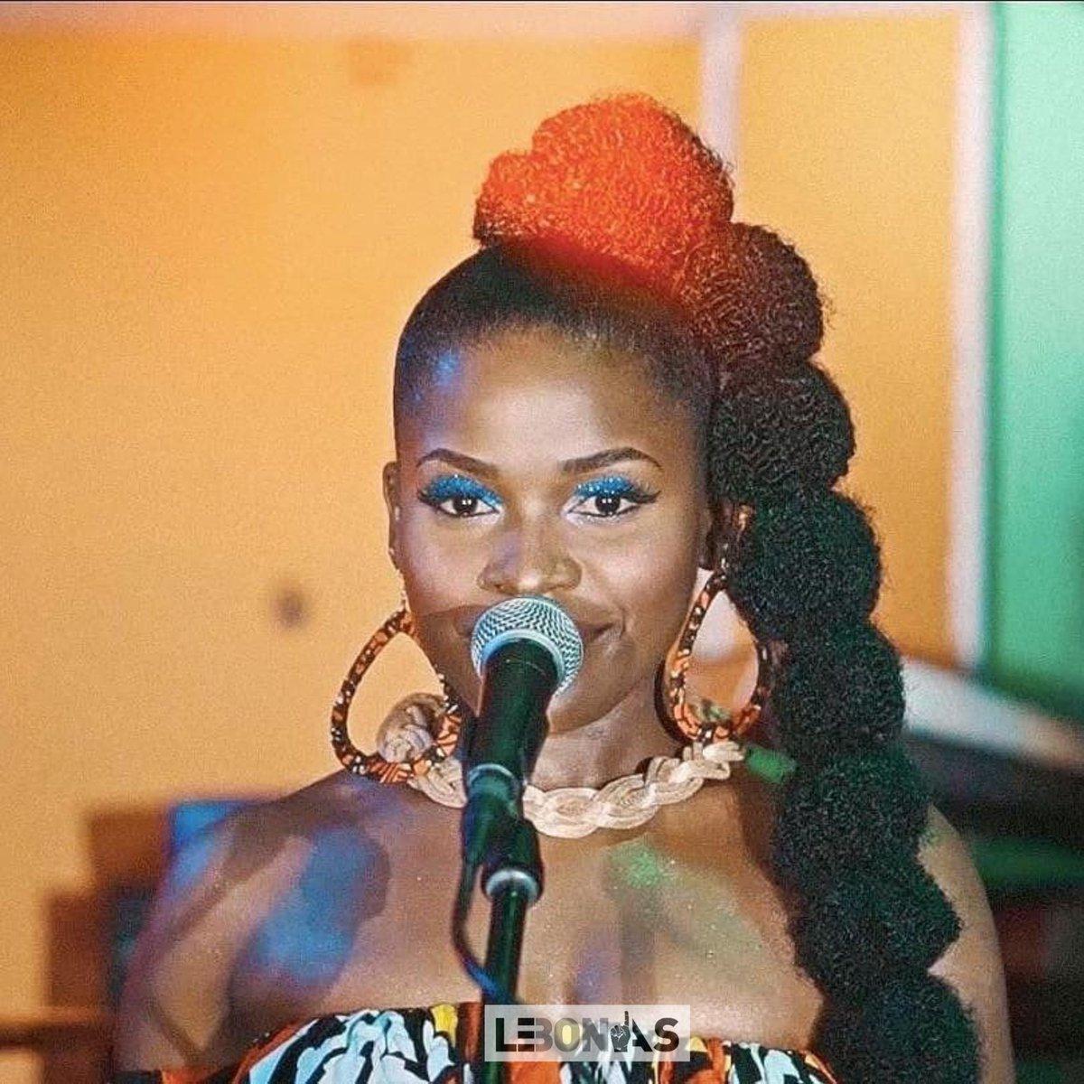 A lire: Nzo : l'album rétro futuriste de Reniss , la chanteuse la mieux coiffée du Cameroun   https://t.co/v6XGhr9CEt  cc @LeBonAs1 https://t.co/asADPBWzXv