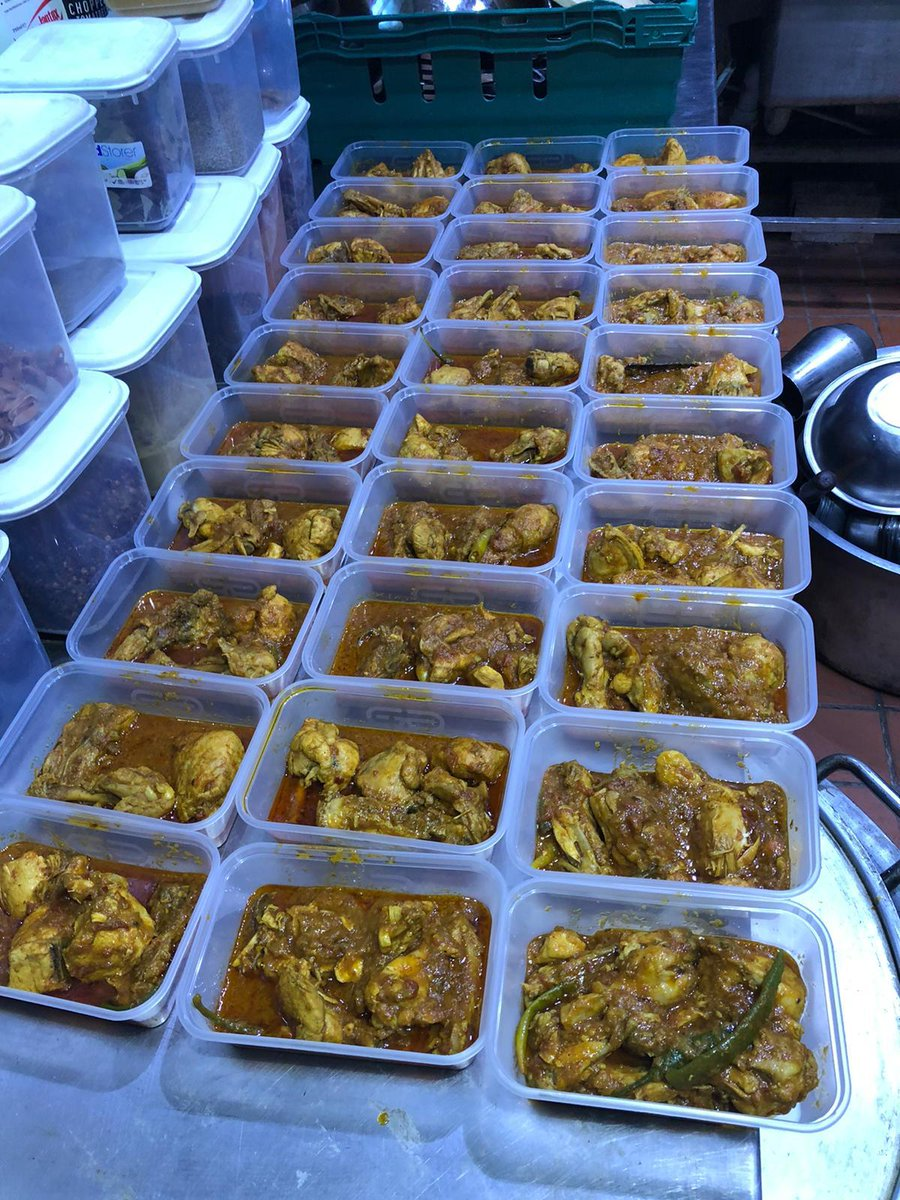 Muslims from #Ahmadiyya Community #Glasgow continue to reach out to those in need with prepared meals. Yesterday donation of 30 meals were done in city centre.  #HumanityFirst #Ramadan2020 @AhmadiyyaUK https://twitter.com/AMEAGlasSouth/status/1262503248314933248 …pic.twitter.com/vWkUkumjEI