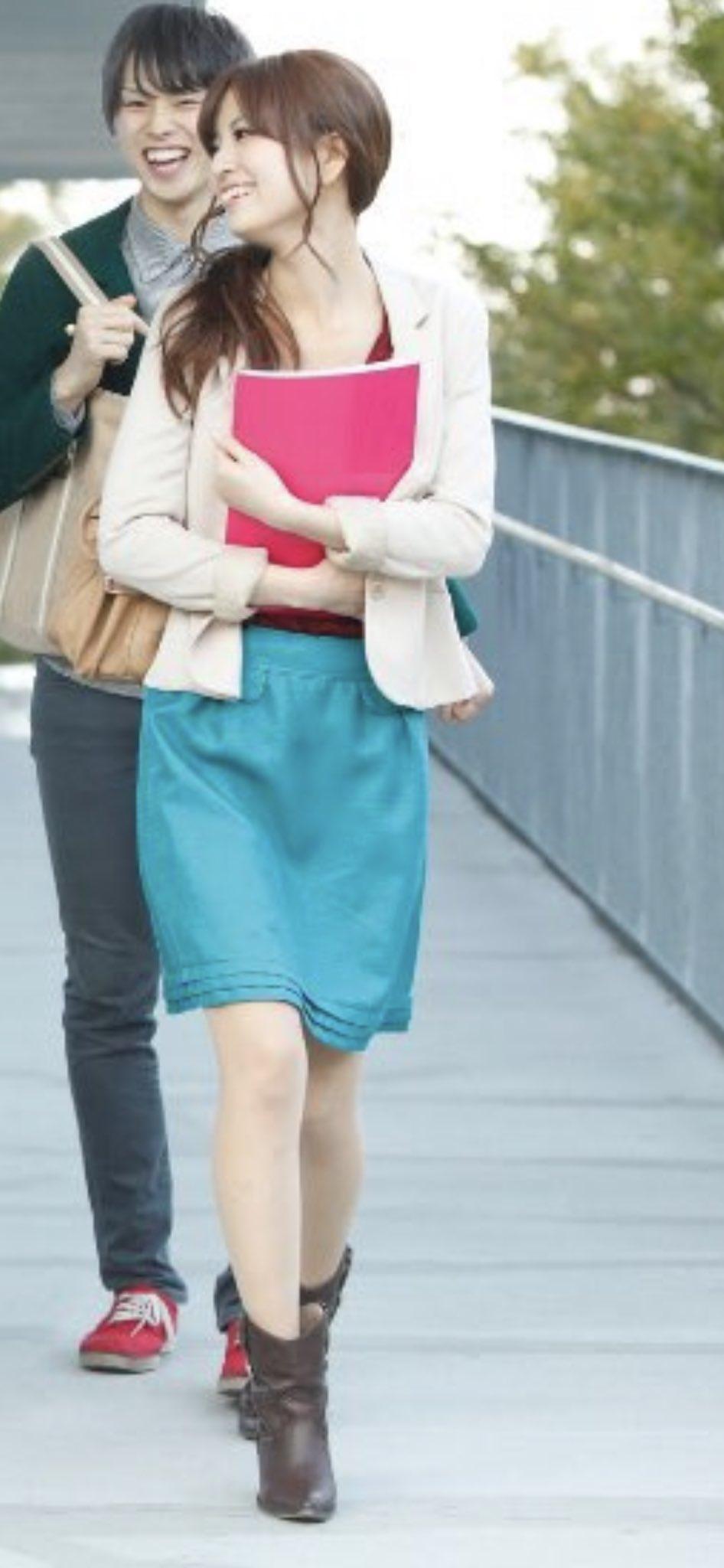 この人のファッションセンスに目がいったのは私だけでしょうか…すみません…青いスカートに中の服が濃い赤に見えるから…そして靴の季節感のなさ…?私が変なのかな、ごめんなさい
