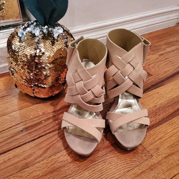 So good I had to share! Check out all the items I'm loving on @Poshmarkapp #poshmark #fashion #style #shopmycloset #andrea #thestacks #avon: https://t.co/1wkKIpb2CN https://t.co/LcCrgIYzCR