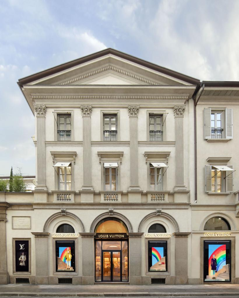 Lighting the way. Rainbows drawn by the children of #LouisVuitton employees have appeared across store windows worldwide as colorful beacons of joy during these challenging times. #LV🌈 Maison Louis Vuitton Via Montenapoleone, 2, 20121 Milano – Italy