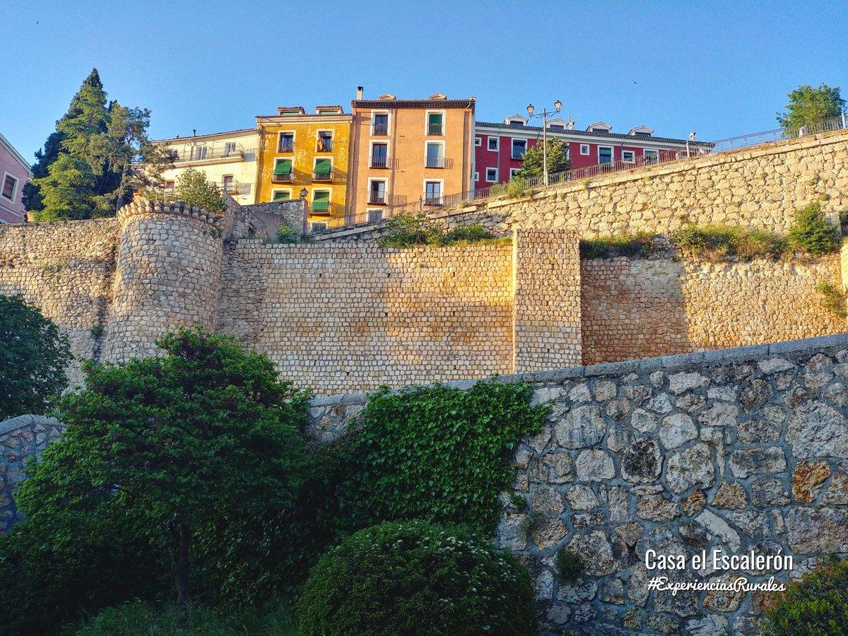 Su muralla medieval. Sus casas de colores... 😍 #CUENCA https://t.co/rZQz92xg57