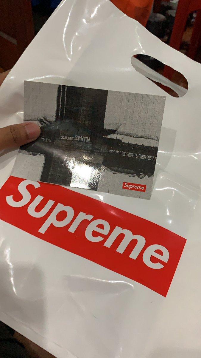 WTS. RM500. Sticker + Plastic Bag Supreme. #supreme #hypebeast hahahaha  pic.twitter.com/zQb3g390qt