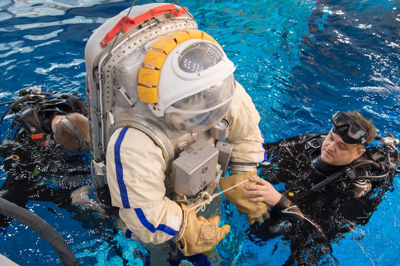 [Russie] L'hydrolaboratoire du centre d'entraînement des cosmonautes EYn9u_8WkAAL2Lf?format=jpg&name=large