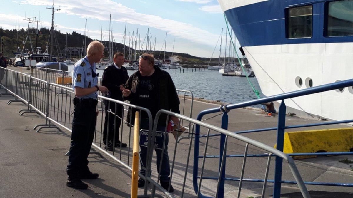 Vores fremskudte kollega på Anholt har her til morgen blandt andet sørget for at passagerer på færgen har styr på Corona-retningslinjerne #politidk #covid19dk https://t.co/lUGaGFxpJJ