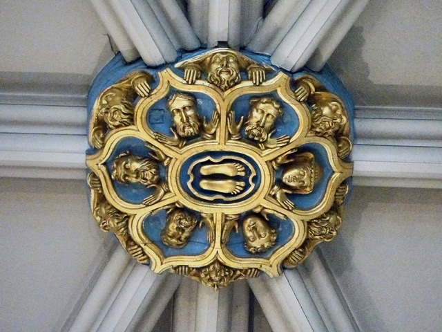 #AscensionDay A copy of a medieval ceiling boss in York Minster depicting the Ascension #AscensionDay2020 @York_Minsterpic.twitter.com/9q0pyGywMG