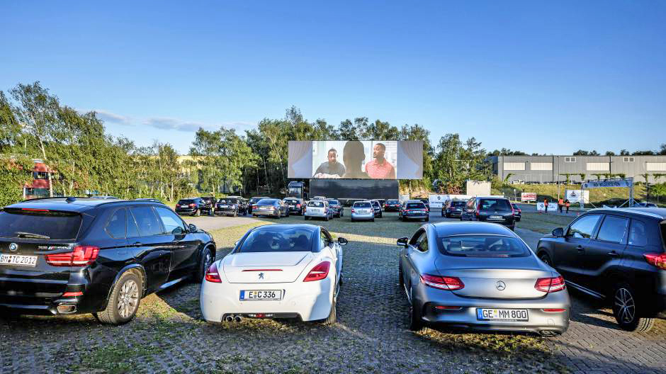 The world's largest mobile LED screen is the perfect addition to this German drive-in experience, we look forward to scenes like this across the UK very soon! #liveevents #socialdistancing #bigscreens #germany #driveinevents #driveincinema pic.twitter.com/XShZ0B6iUd