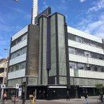 """Gesmoorde restauratiebaksteen in rijnformaat voor dit Rijksmonument """"De Volharding"""" aan de Grote Markt in Den Haag van architect W.E. Buijs uit 1928. Oude foto: Haags gemeentearchief. Gevelrestauratie: @GBOGroep"""