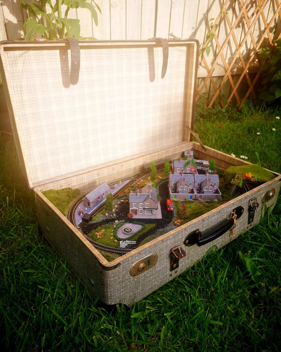 Happy Friday #elevenseshour Film day for our newest suitcase train today x #forsale pic.twitter.com/6hQ030rCiw