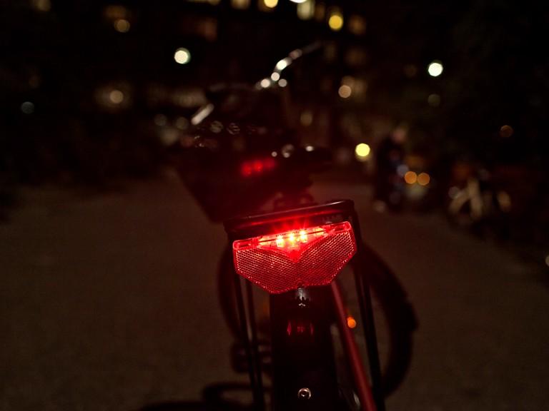 Pop-quiz – hvad skal en cykel have for at være lovlig? 🚴♀️👮♂️  Skal cyklen fx have: – en ringeklokke? – en flammekaster? – en hvid refleks, der er synlig forfra, en rød refleks, der er synlig bagfra, og to gule reflekser på hver pedal? #sikkertrafik #politidk #twitterhjerne https://t.co/3X8T4yjHDc