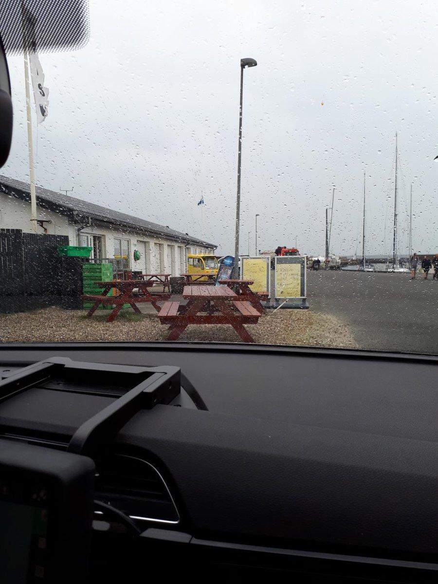 Der er ved at være lidt trist vejr ude i det vestlige - her ved Rønbjerg Havn - hvor det absolut ikke er tilløb til sammenstimlen #rønbjerg #sommeridanmark #holdafstand #politidk #covid19dk https://t.co/genm1XRISJ