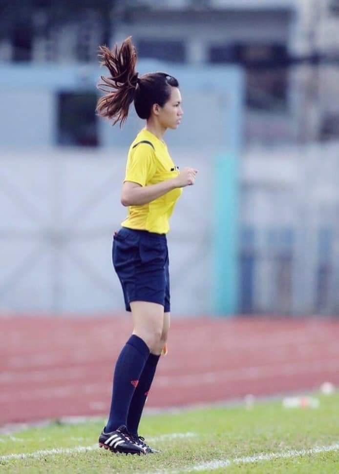 審判 サッカー 美人
