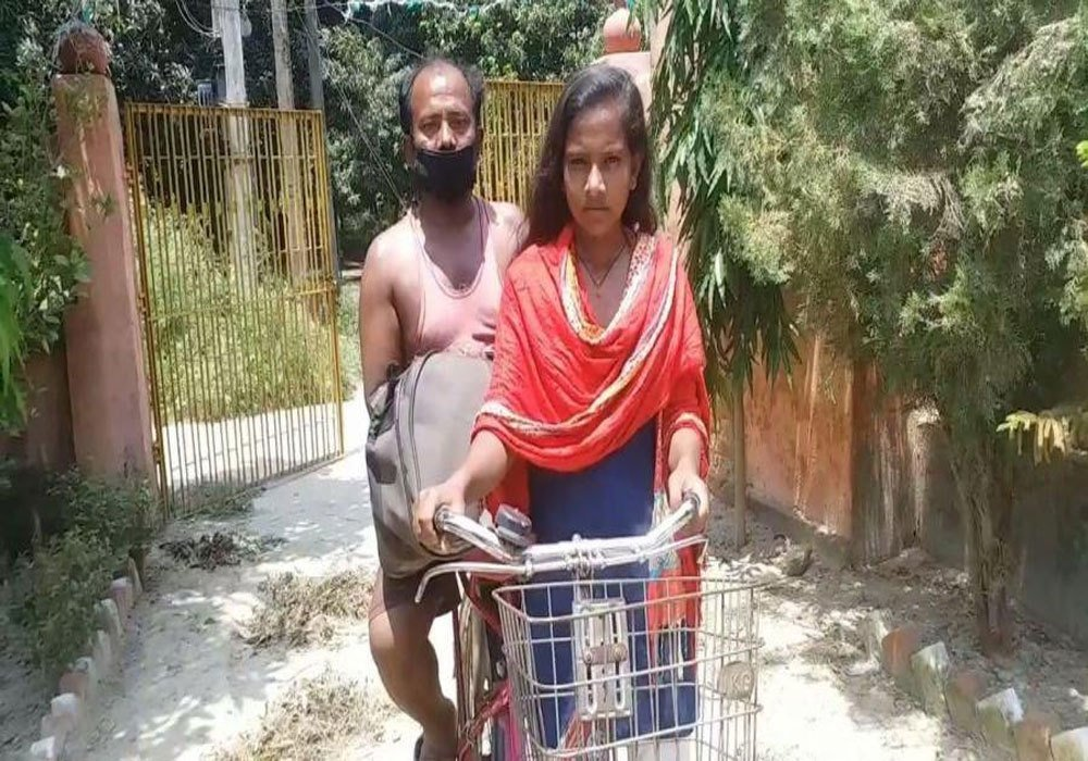 This teenager just peddled 750 miles to her village in Bihar, India, with her wounded Father on the back of her bike. If you have kids, share this story with them for inspiration, just in case 🙂 More info: scroll.in/field/962586/b…
