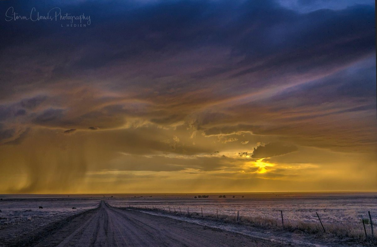 -on the eastern #Plains of #Colorado a few days ago. #storms #severeweather #colors #purple #orange #perspective #sunset #nikon #landscapephotography #naturephotography #stormcloudsphotographypic.twitter.com/ye0TKNHrOd