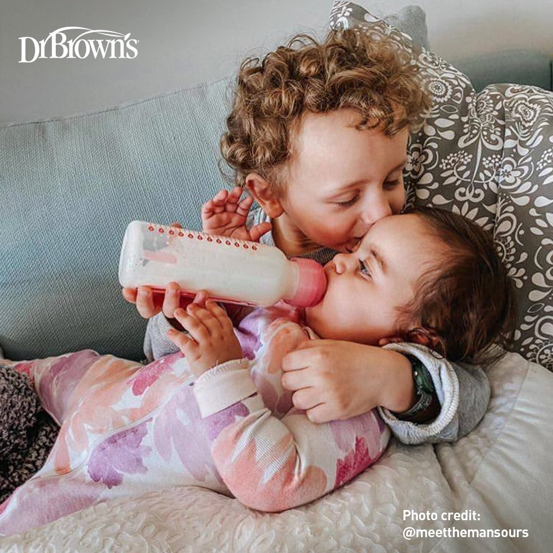 """He saw me making the bottle and ran to the couch to take over. Really so in love with these two and the bond they share "" #drbrowns #drbrownsbaby #babies #babiesofinstagram #baby #babygirl #babyboy #babyface #babyshowerpic.twitter.com/1ALW6vT3zn"
