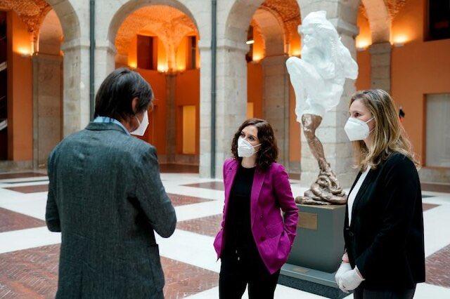 """La escultura que homenajea a las víctimas de la Covid-19 tiene casi 30 años.  Las asociaciones de artistas contemporáneos aseguran que la pieza, que hasta hace un mes era un fauno, es una """"ocurrencia oportunista"""".  Presidencia prefiere guardar silencio. https://t.co/kbgpsXPNPD https://t.co/FgNjaEnB9N"""