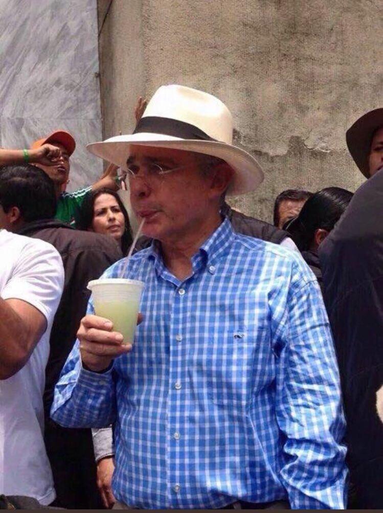 RT @laabundancia171: Quién más podría ser, si no él  ? El Salvador de la patria #SuperUribe https://t.co/wHLgY9jlHD
