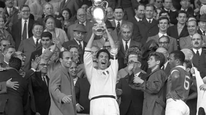 On 22 May 1963, AC Milan became the first Italian club to win the Champions League   Captain Cesare Maldini lifting the trophy   #ACMilan #Milan #Rossonero #Rossoneri #Calcio #serieA #Italy #soccer #football #Pioli #milannews #Transferspic.twitter.com/L2d9bHCmMW