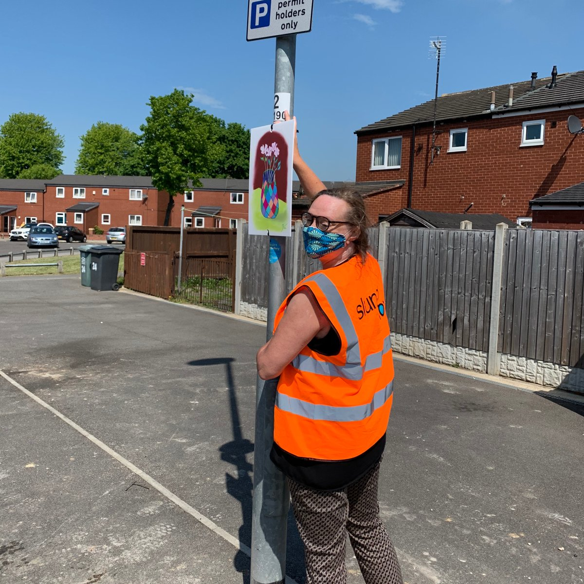 Mega thanks to our #LS11ArtGallery volunteers/curators/lovelies @DrKMcK & @malcij who have been whizzing all over Beeston & Holbeck installing our lamppost gallery. Thanks for making our streets so purdy, you two - you are this weeks Holbeck Heroes🖼️🥰
