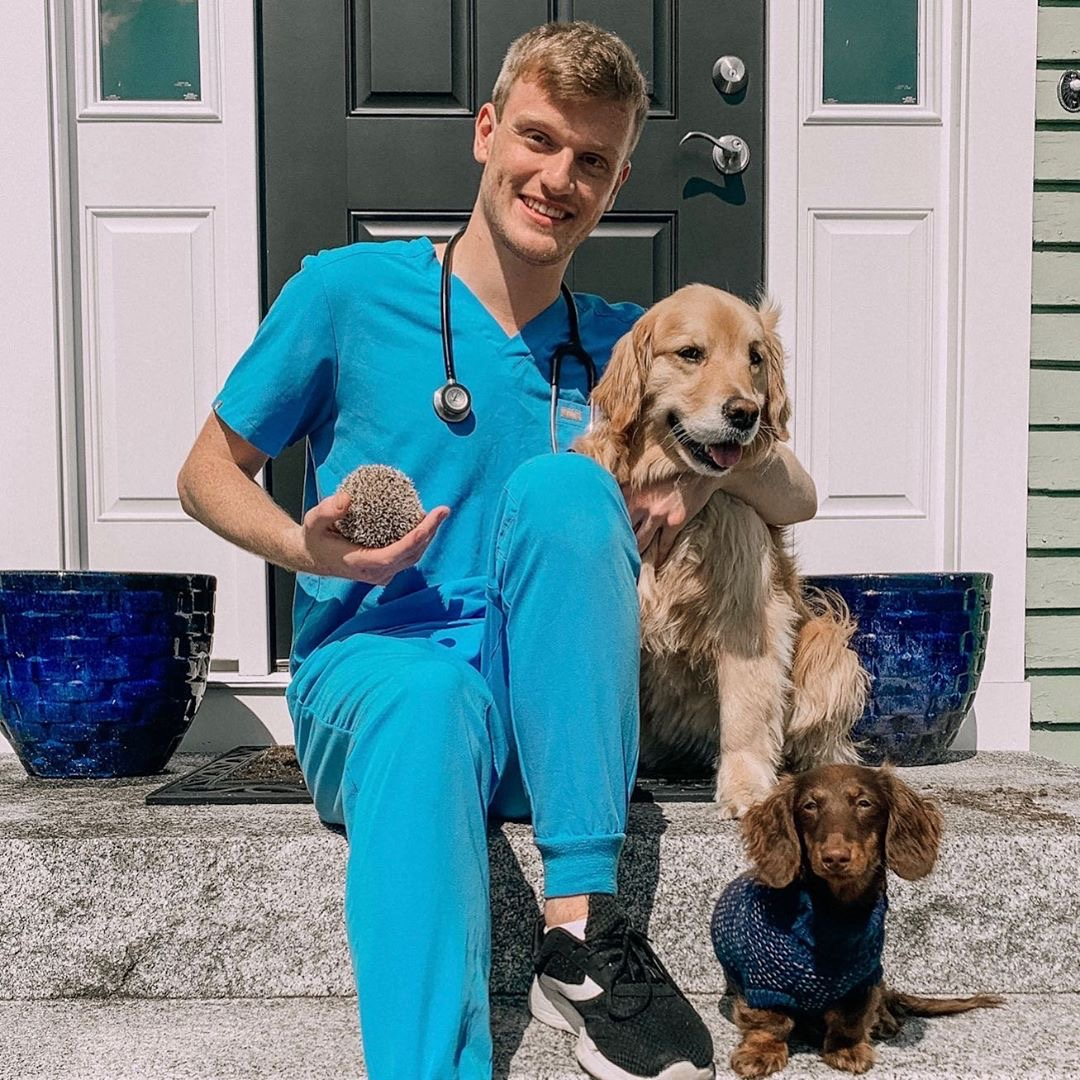 """It's hard to believe it's only the end of Week 3 of the new term. Here's a flashback to Sam, a 1st semester Rossie starting his first day of vet school with his """"dream team"""" cheering him on.  @sammy_devine #WeAreRossVet #RossVetLife pic.twitter.com/K3XByDcWi4"""