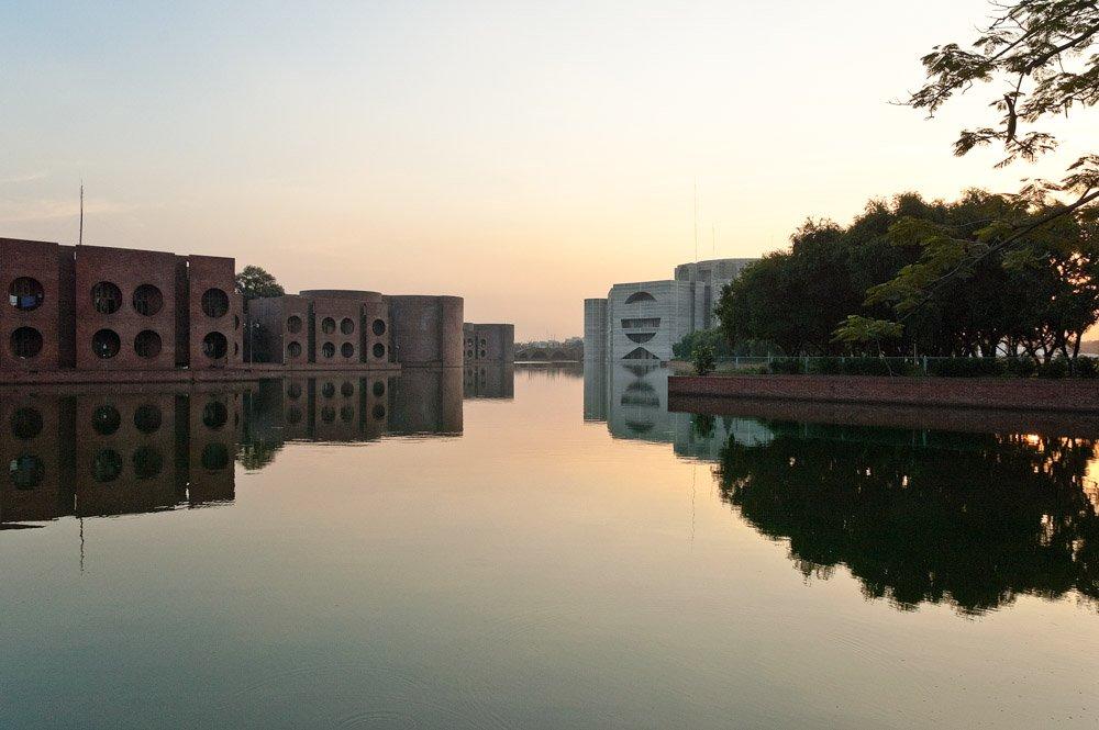 La #Arquitectura reflejada de Louis Kahn  National Assembly Building of Bangladesh pic.twitter.com/H2tFEG5e4p
