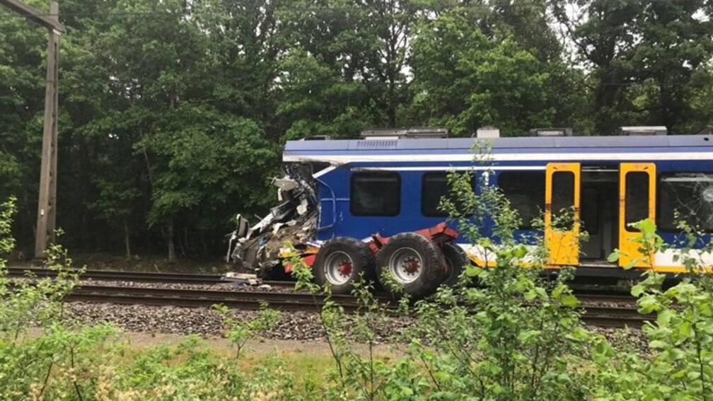 Gewonden bij botsing tussen trein en trekker in Hooghalen. . Bij Hooghalen is een personentrein tegen een trekker gebotst.