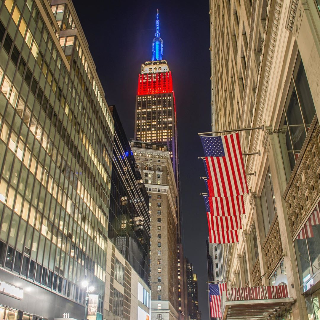 Happy #MemorialDayWeekend from NYC! Our lights shine in a dynamic red, white & blue heartbeat for the holiday. #ESBright  : gringa(.)travel/IGpic.twitter.com/KTLQuOXI5W