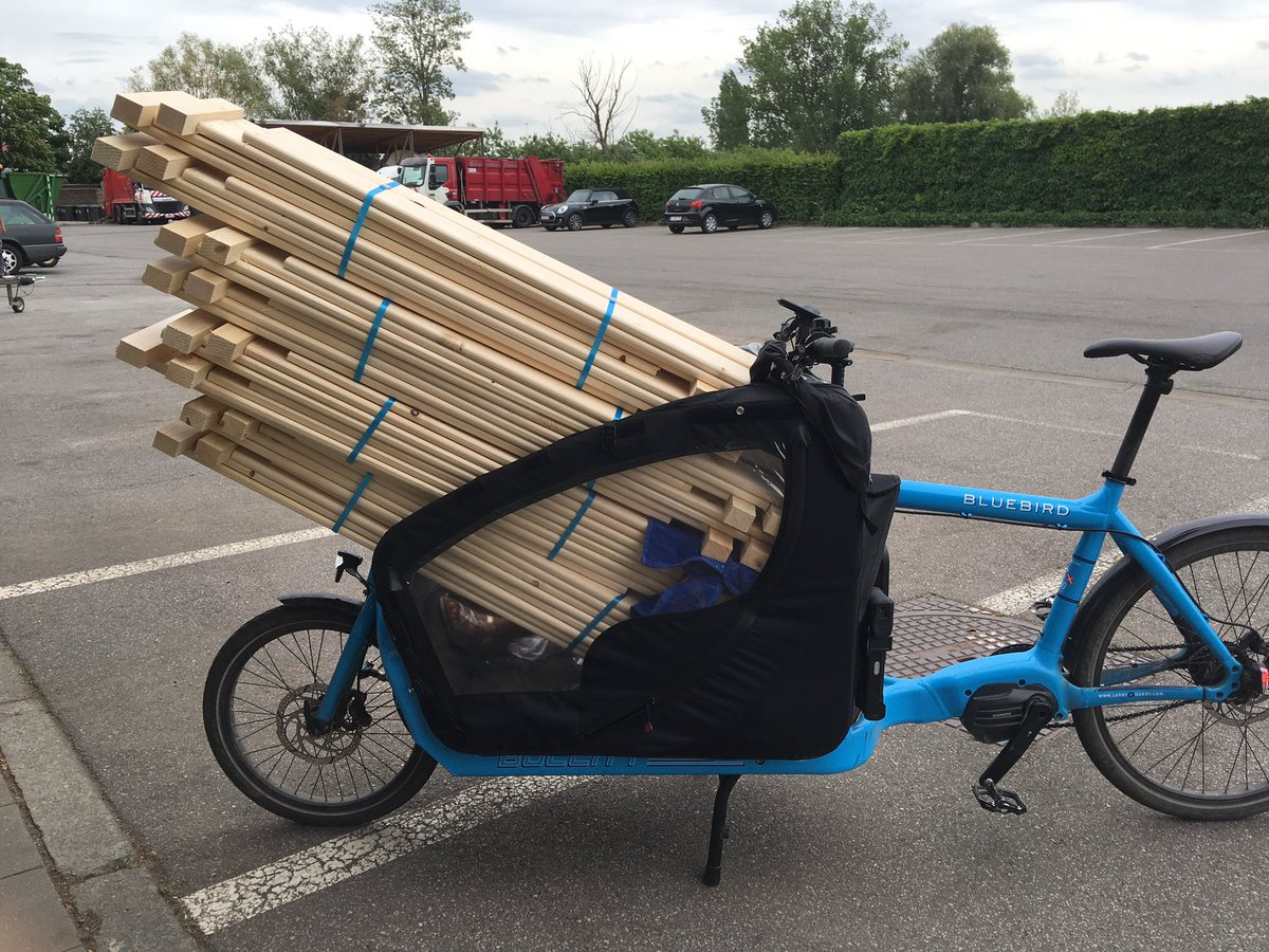 A few sets of wood planks for the new compost bins.  No problem in the canopy. #Bullitt #CargoBike pic.twitter.com/3gfatK9Xlg – at Reinigingsdienst