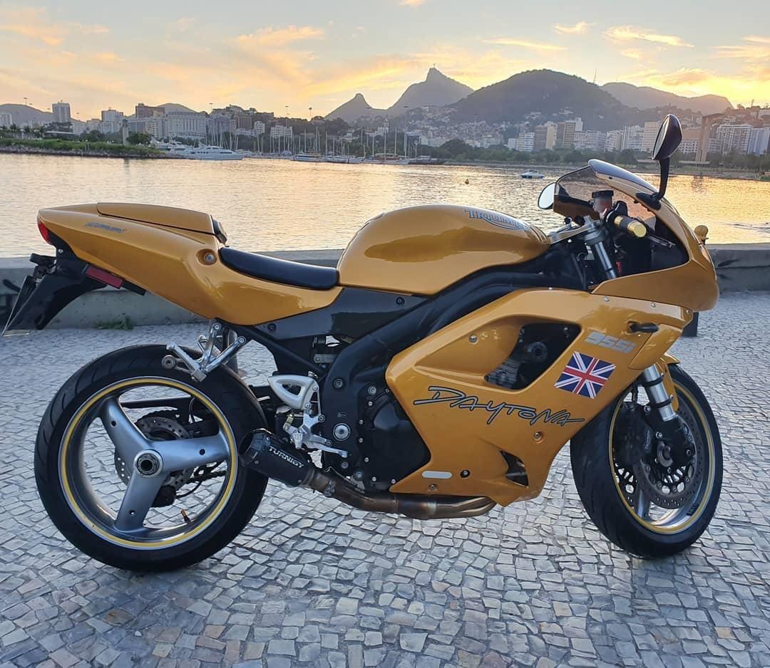 """Confira a avaliação """"retrô"""" da moto Triumph Daytona 955i 2006 no sites CarPoint News e nos sites parceiros. #moto #Triumph #Daytona #955i #TriumphDaytona955i #Triumph #Daytona955i #TriumphDaytona   CarPoint News - https://www.carpointnews.com.br/avaliacao-triumph-daytona-955i-2006/…pic.twitter.com/bXXxvbGuhQ"""