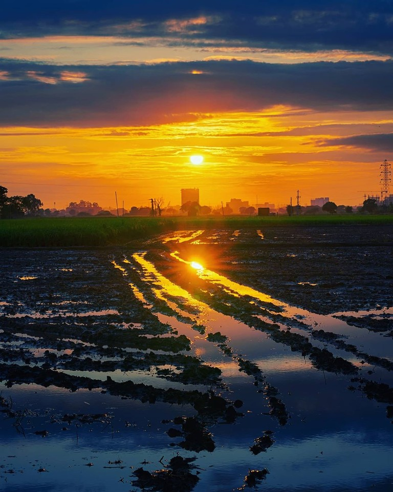 #triplouer  @jagjit.fotovoyage A random sunset. At times you can encounter such beautiful sunset during your evening walk.   #indiantravelgram #indiafeatures #indiantourism #shuttersofindia #storiesindia #indiaincredible #storiesofindia #shoutoutmenimit #igindiapic.twitter.com/g6s1P8r6SY