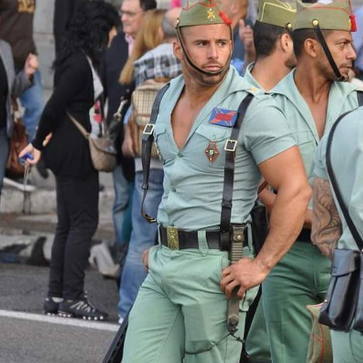 My aching nerves #Spain seriously? This is seriously your army uniform? Asking for me pic.twitter.com/yly1lGQatR