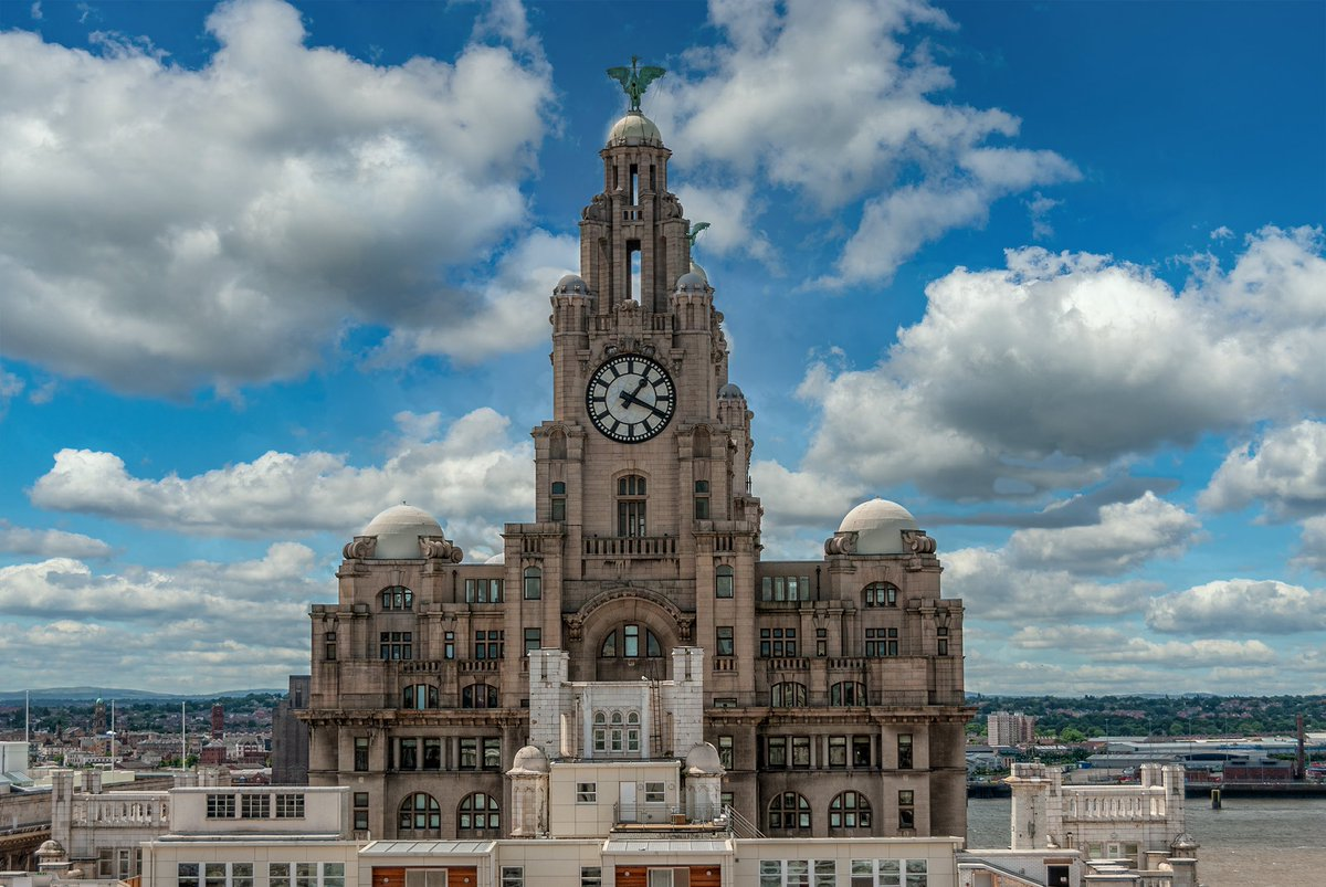 Royal Liver Building, #Liverpool looking stunning in the sunshine. pic.twitter.com/sfBNoiLvdH