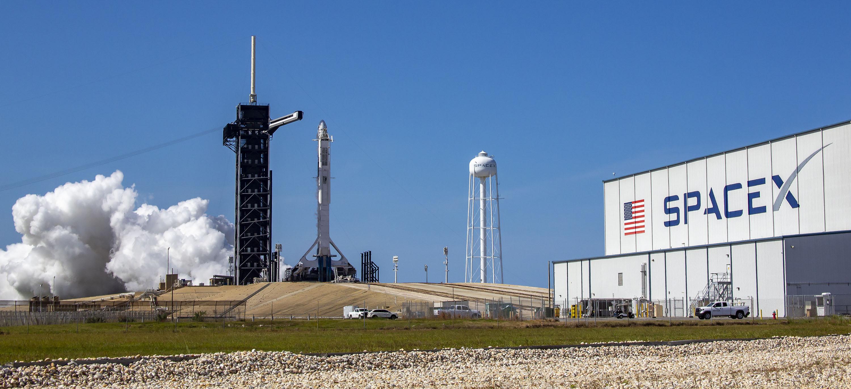тест двигателя ракеты Фэлкон 9 на стартовом столе